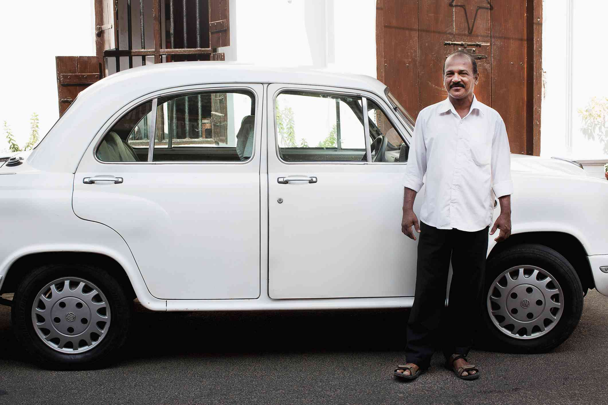 White Ambassador taxi coche y conductor