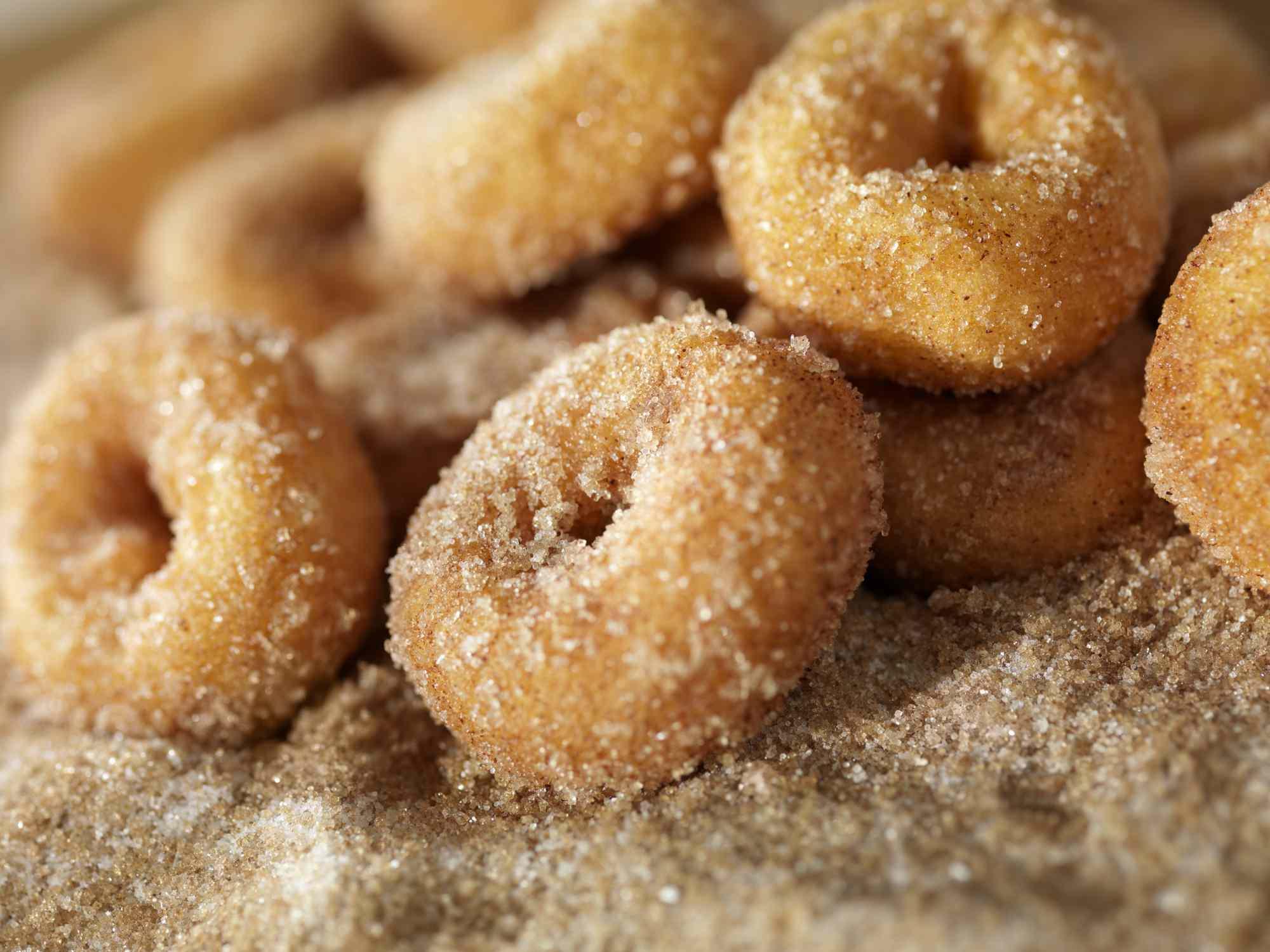 mini donas espolvoreadas en azúcar de canela