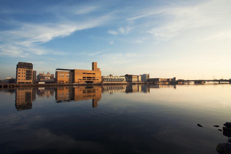 Reflexión urbana de la ciudad en el río