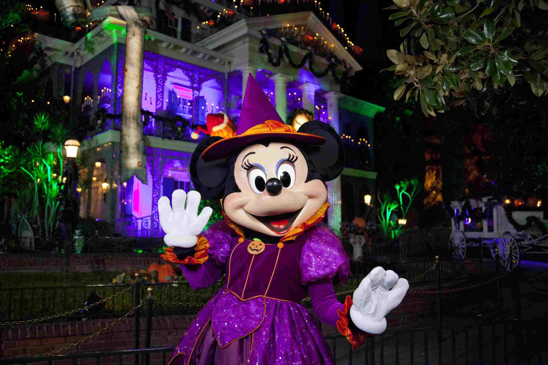 Minnie Mouse te da la bienvenida a la fiesta de Halloween