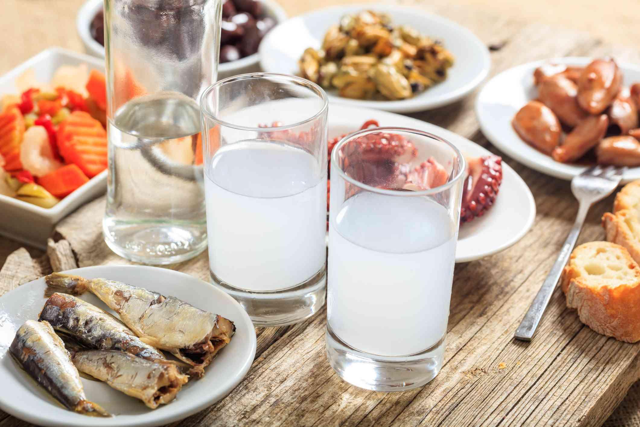 Copas de ouzo en Grecia con aperitivos