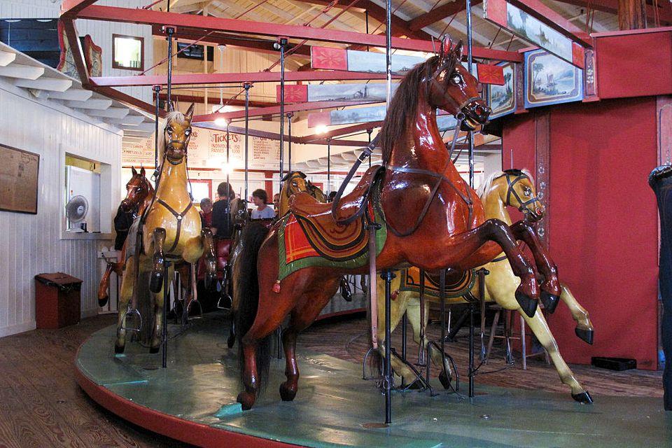 El carrusel Flying Horses en Oak Bluffs en la isla de Martha's Vineyard es el carrusel de plataforma operativa más antiguo de América. El carrusel fue construido en 1876 y tiene caballos con crin real