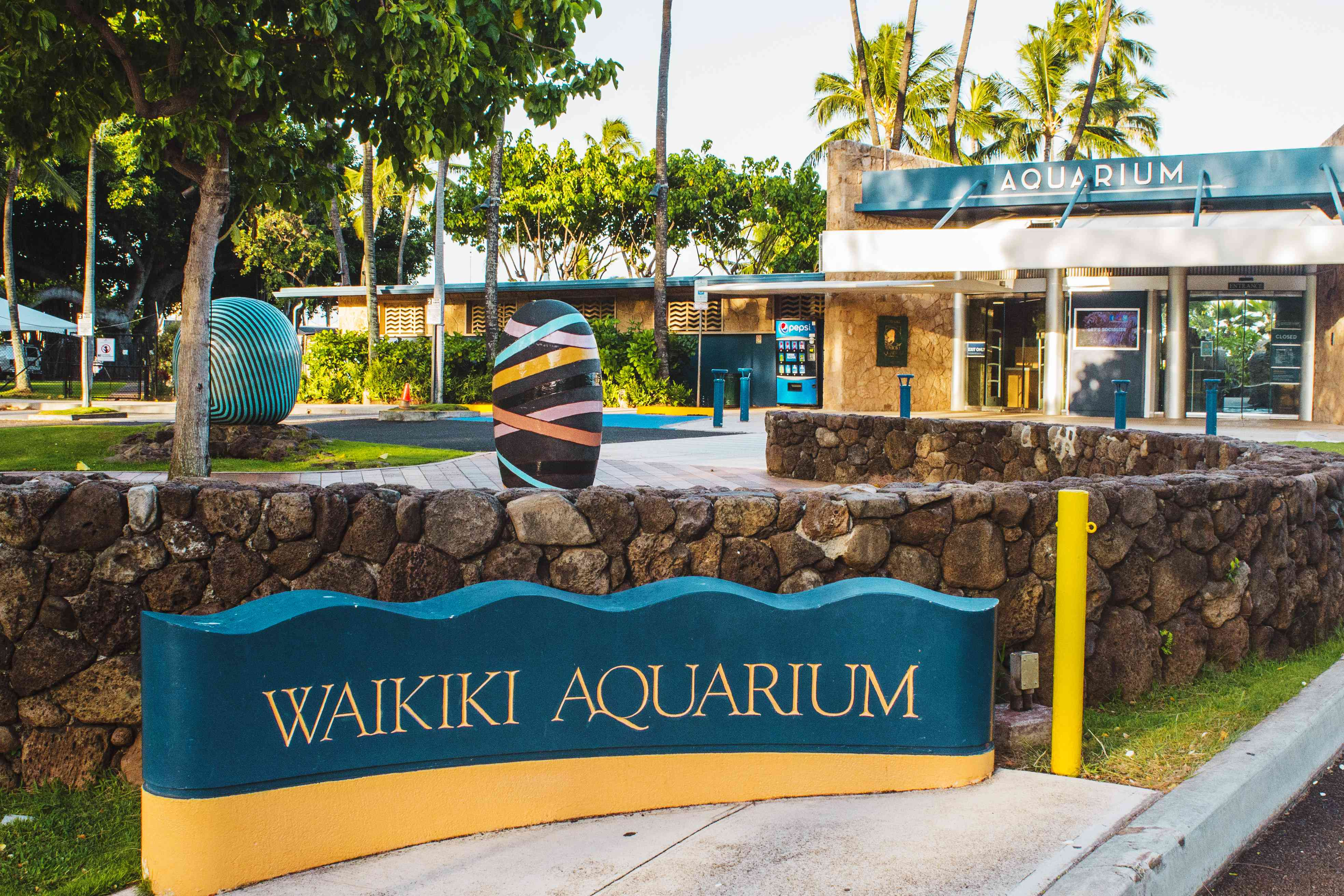 Sign and entrance to the Waikiki Aquarium