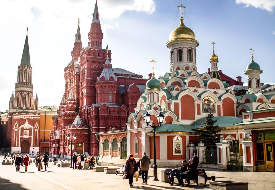La gente que pasa por la Catedral de Kazán