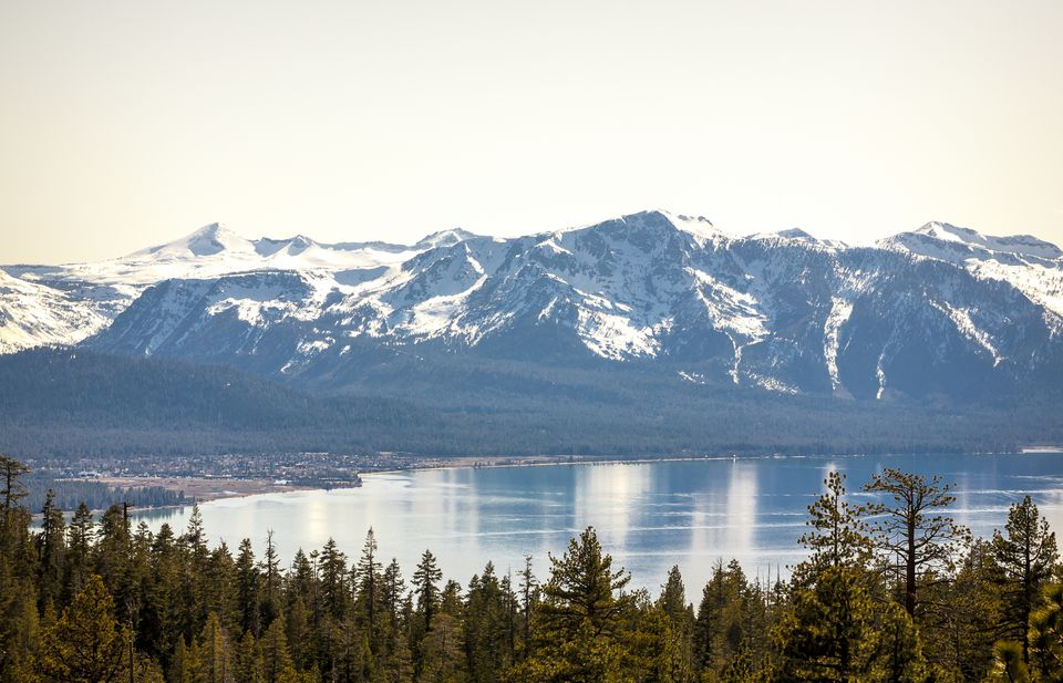 Vistas de South Lake Tahoe desde Tahoe Rim Trail a fines del invierno en Stateline, NV.