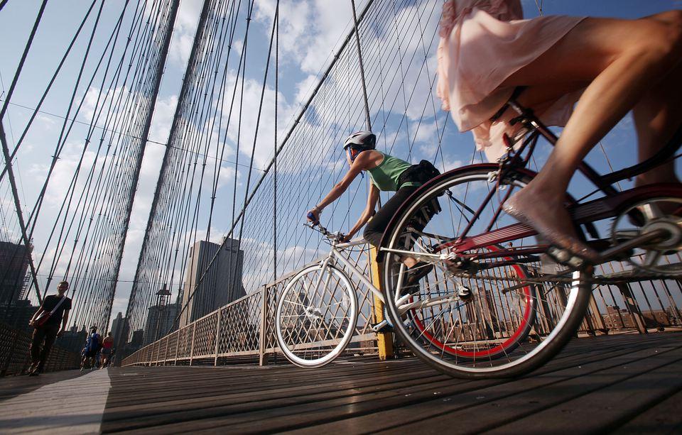 Los ciclistas cruzan el puente de Brooklyn durante el viaje nocturno del 25 de agosto de 2009 en la ciudad de Nueva York.