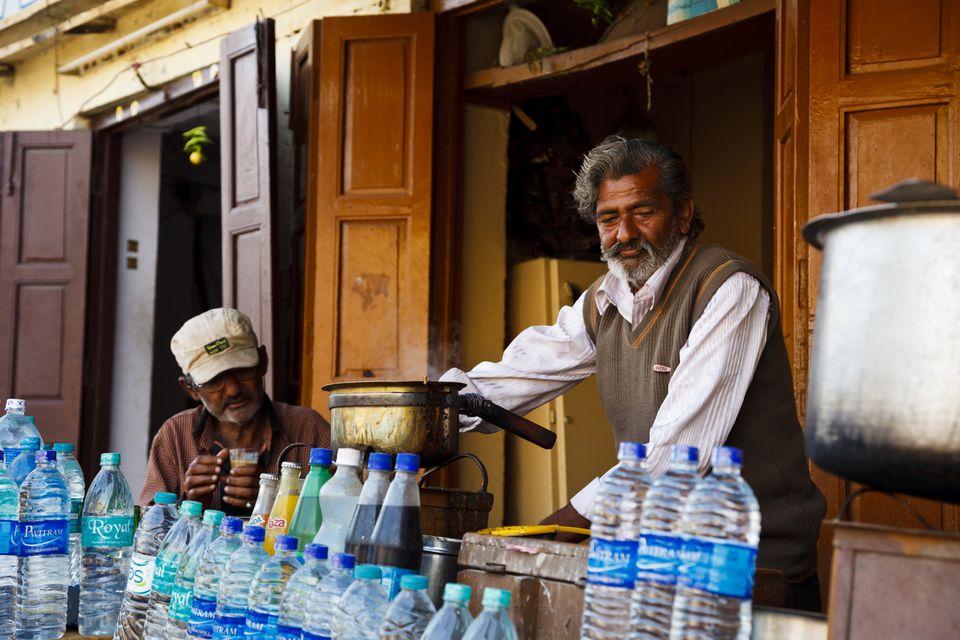 Chai y vendedor de agua en India.