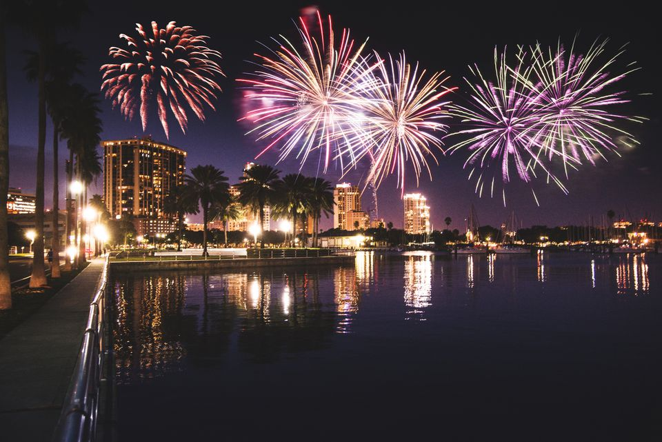 Skyline de la st. Petersburg, Florida con fuegos artificiales
