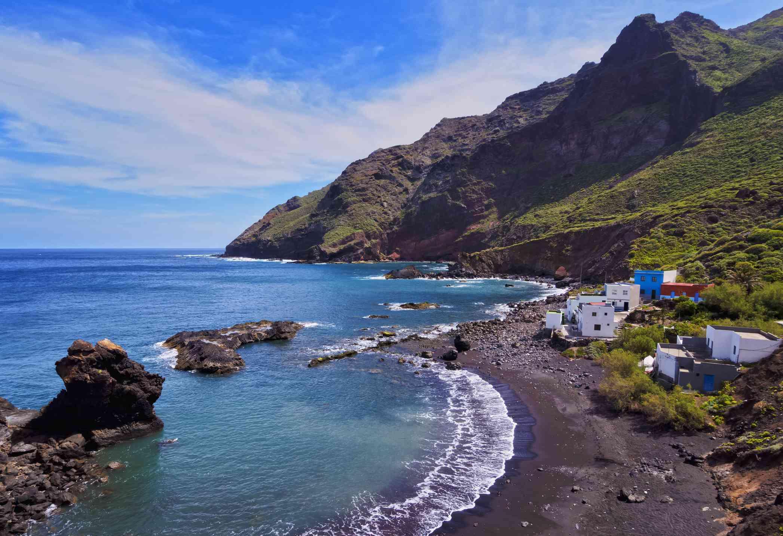 Playa de arena negra en la Playa de Roque Bermejo, Santa Cruz de Tenerife, España