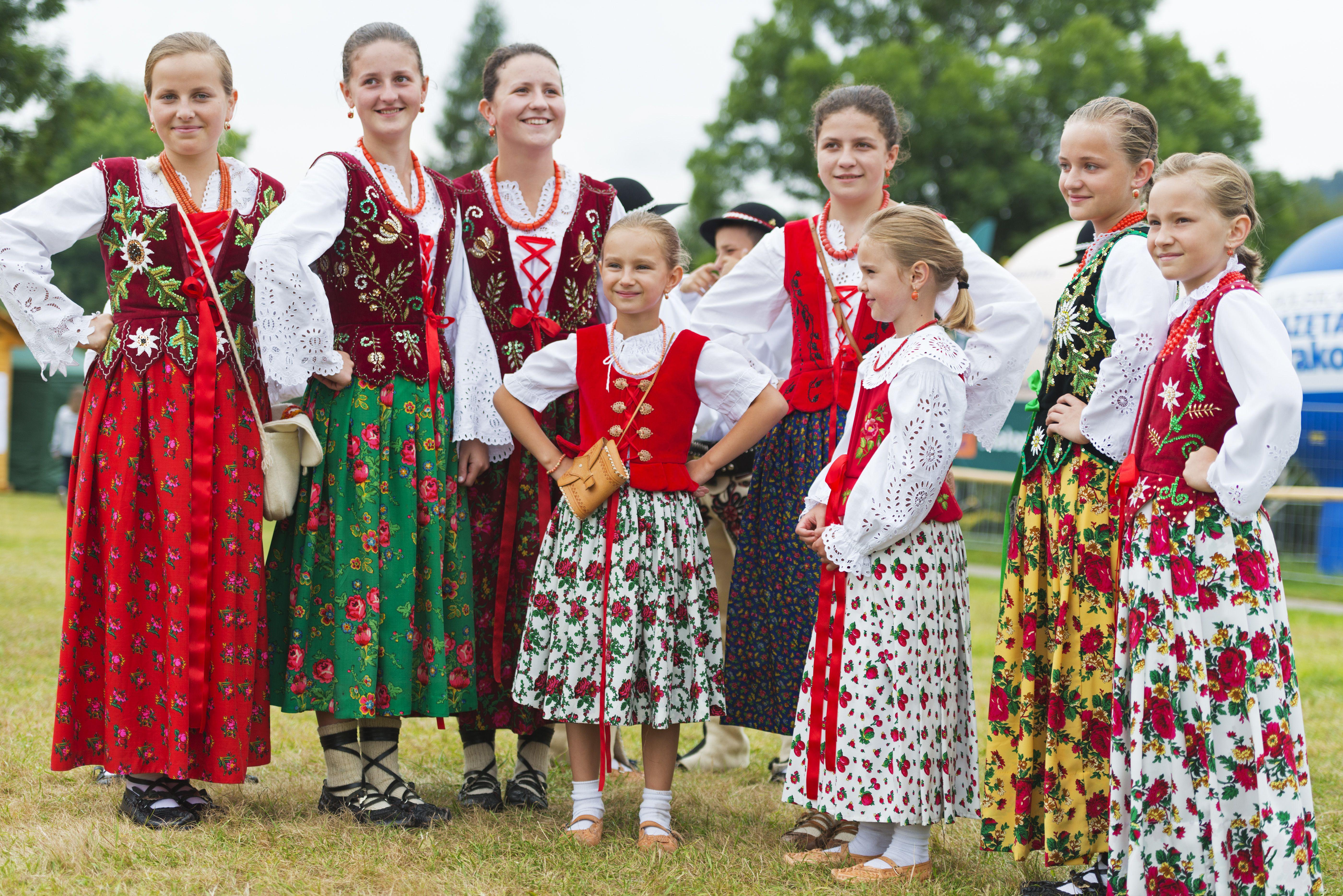Artistas polacos en traje tradicional