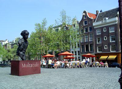 Las casas del canal de Ámsterdam en el Singel dan al amplio y arqueado Torensluis