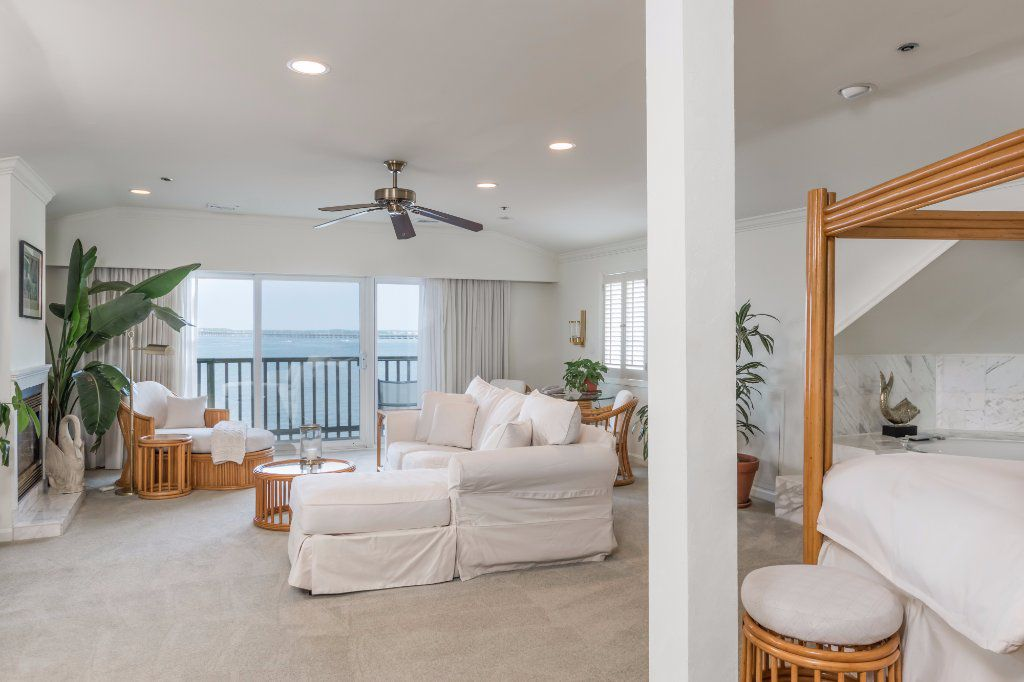 Lightkeeper Suite ,Queen Bed, Double Jacuzzi ,Fireplace, Bay view