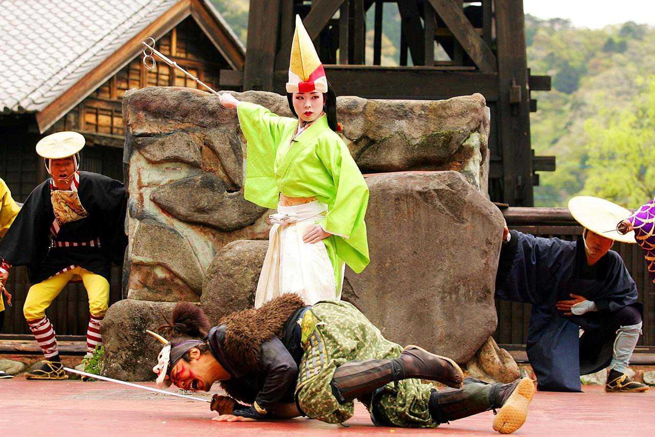 Los artistas participan en una reproducción de la 'Procesión de Tayu' en el país de las maravillas de Edo Nikko Edo Mura el 25 de abril de 2008 en Nikko, Tochigi, Japón