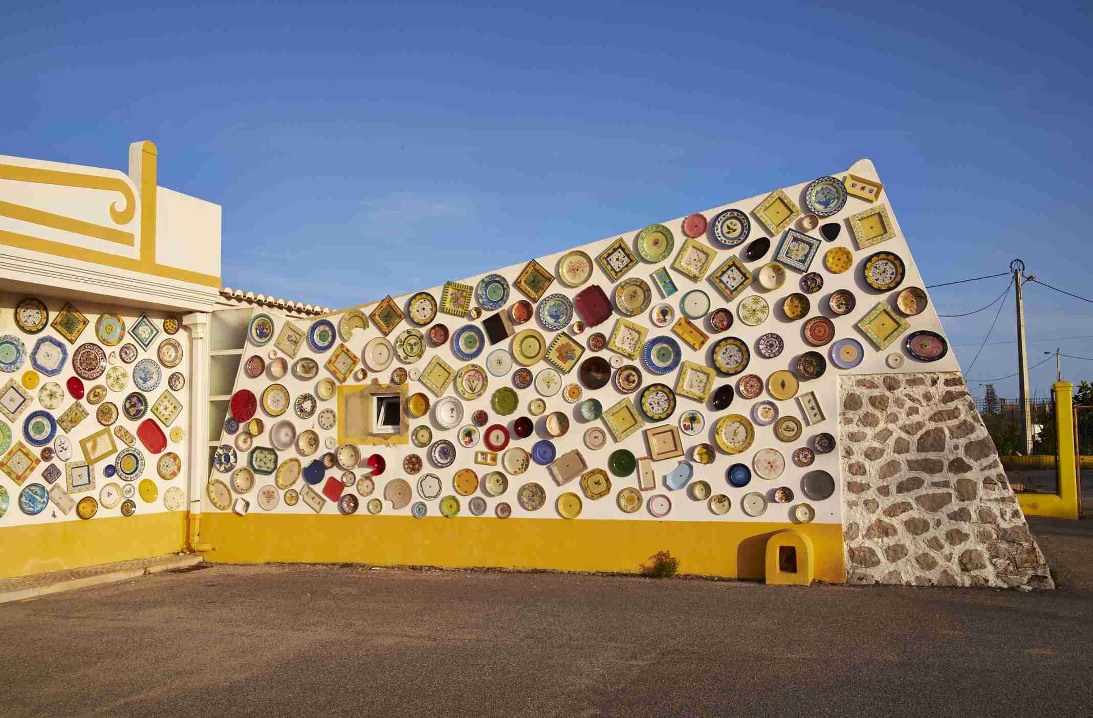 Portugal, Algarve, Sagres, wall with traditional Portuguese ceramics