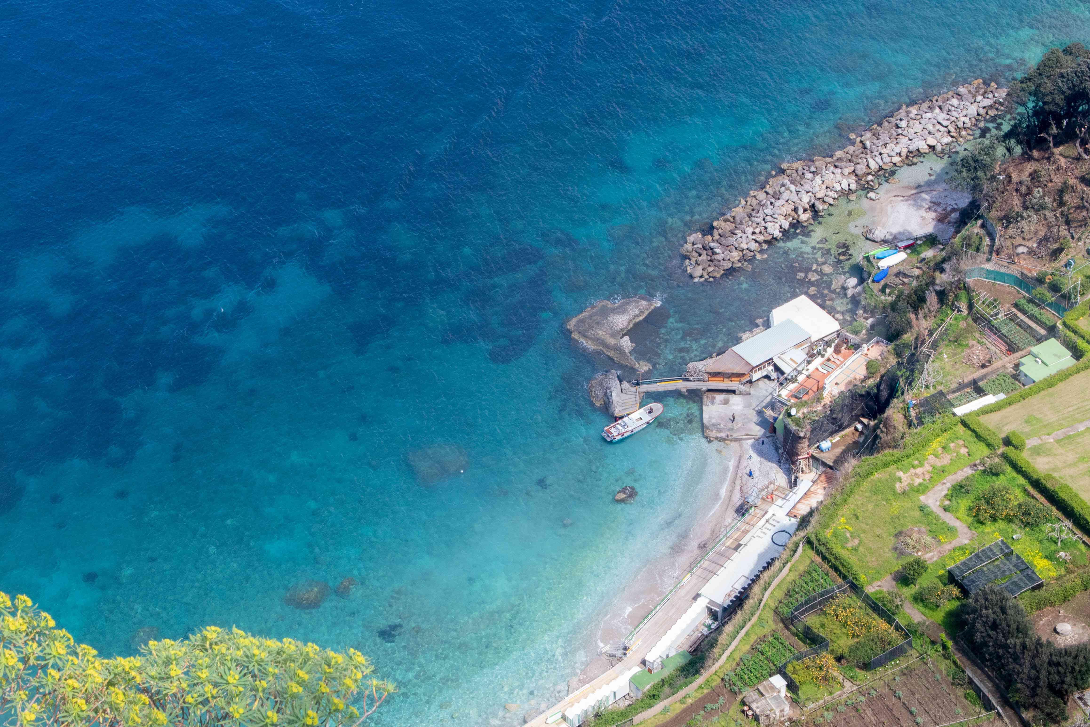 Vista general de un muelle en Capri