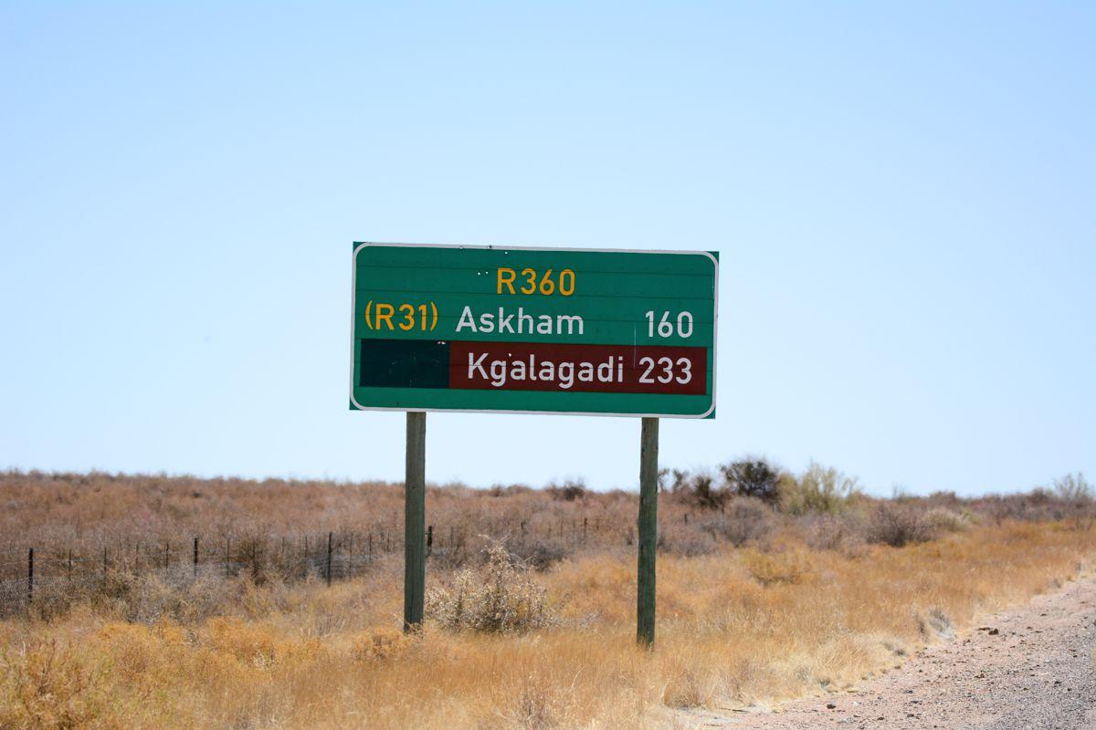 Señal de carretera en el camino al Parque Transfronterizo Kgalagadi
