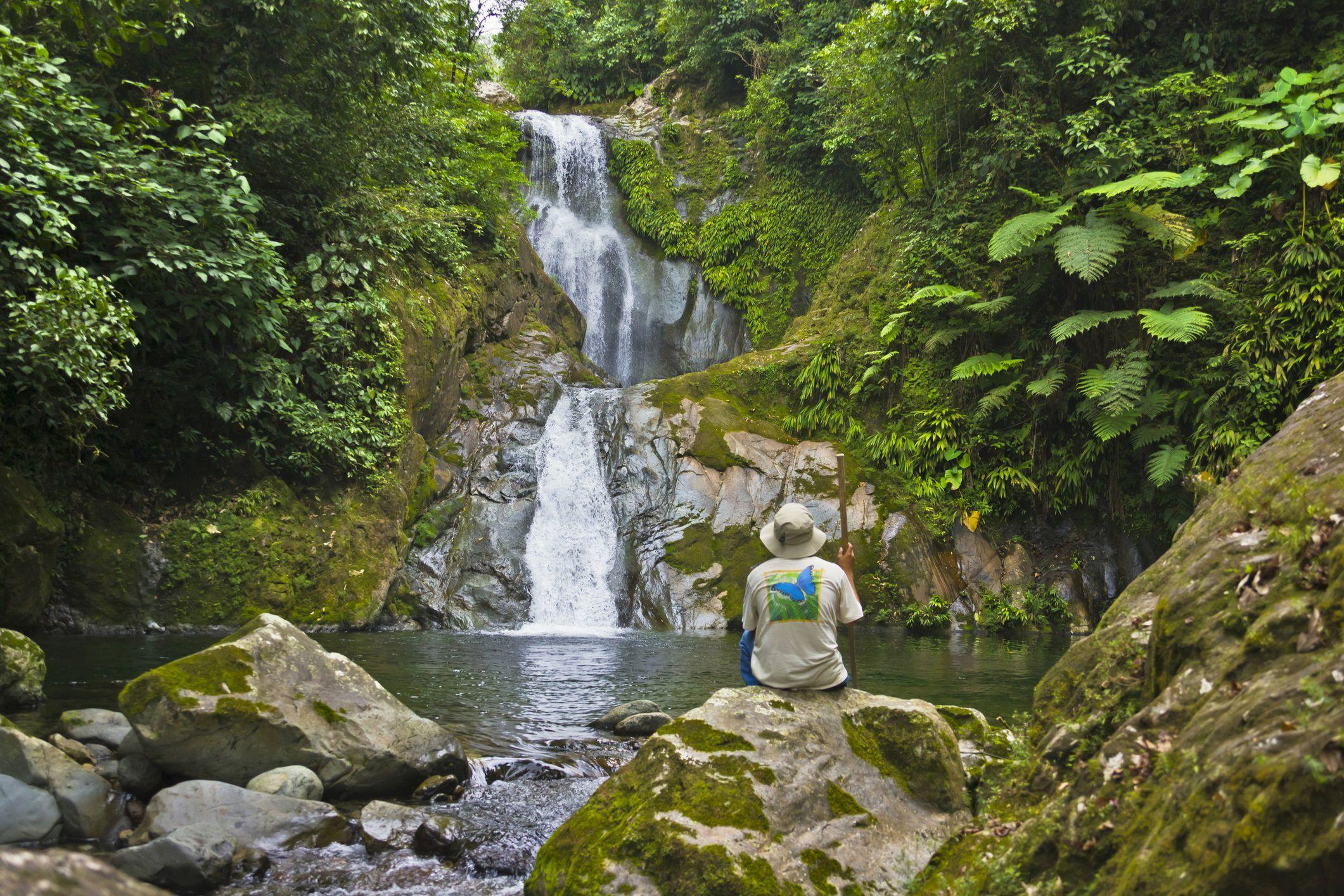Turista en cascada en la selva tropical, Parque Nacional Pico Bonito, Honduras