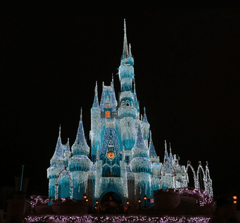 Disneyland During Christmas.Going To Disneyland At Christmas Pros And Cons