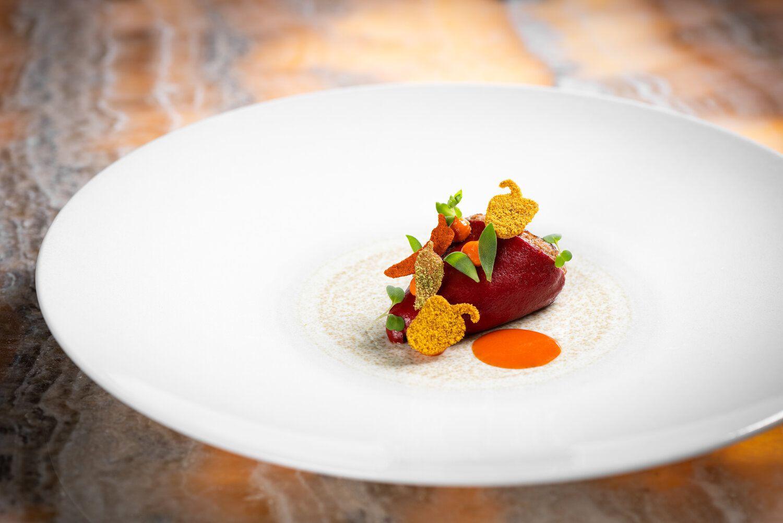 Red amuse bouche en un plato blanco grande