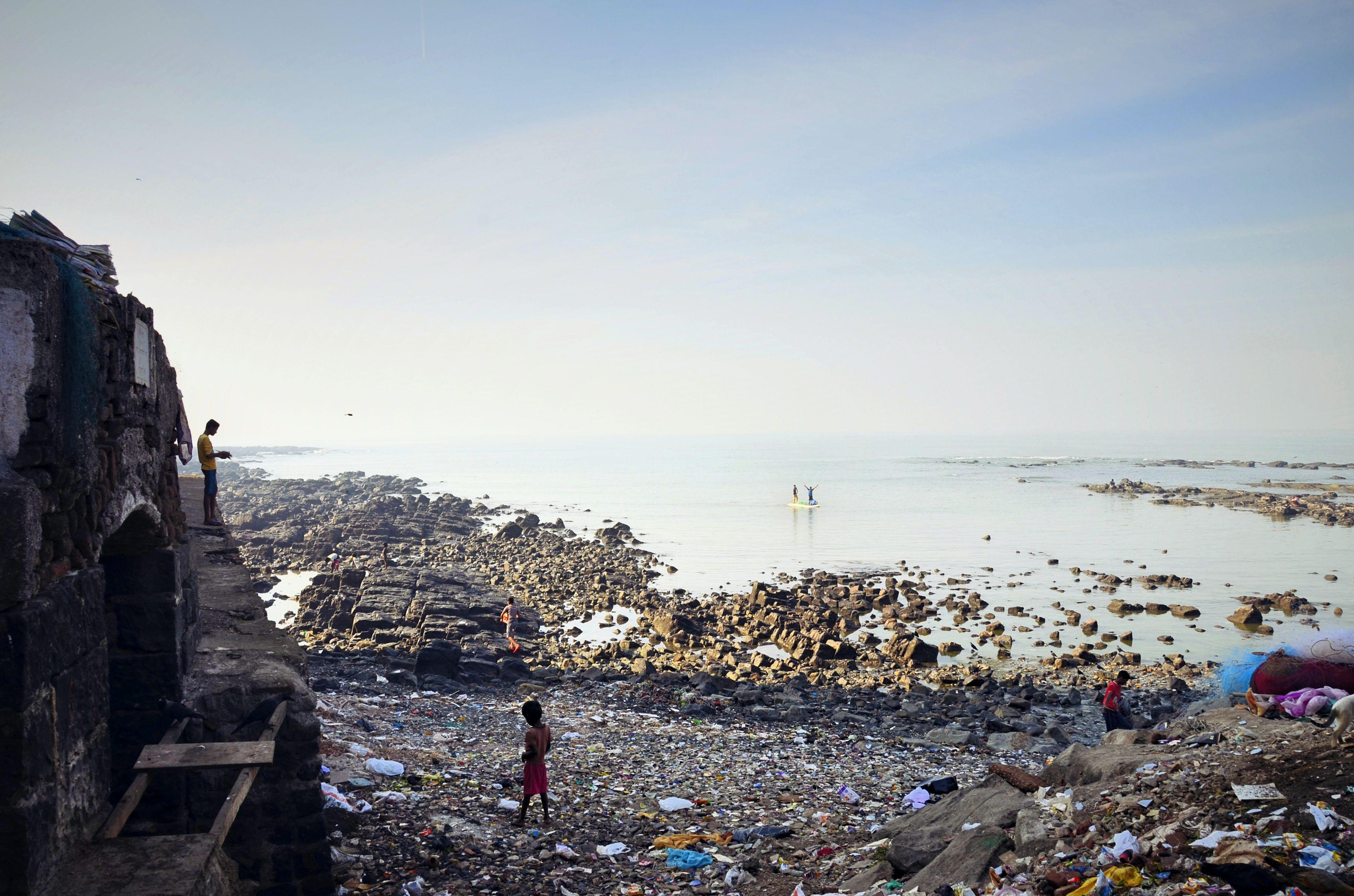 Panjabi dharamshala (links) und das Meer mit Blick auf Slum.