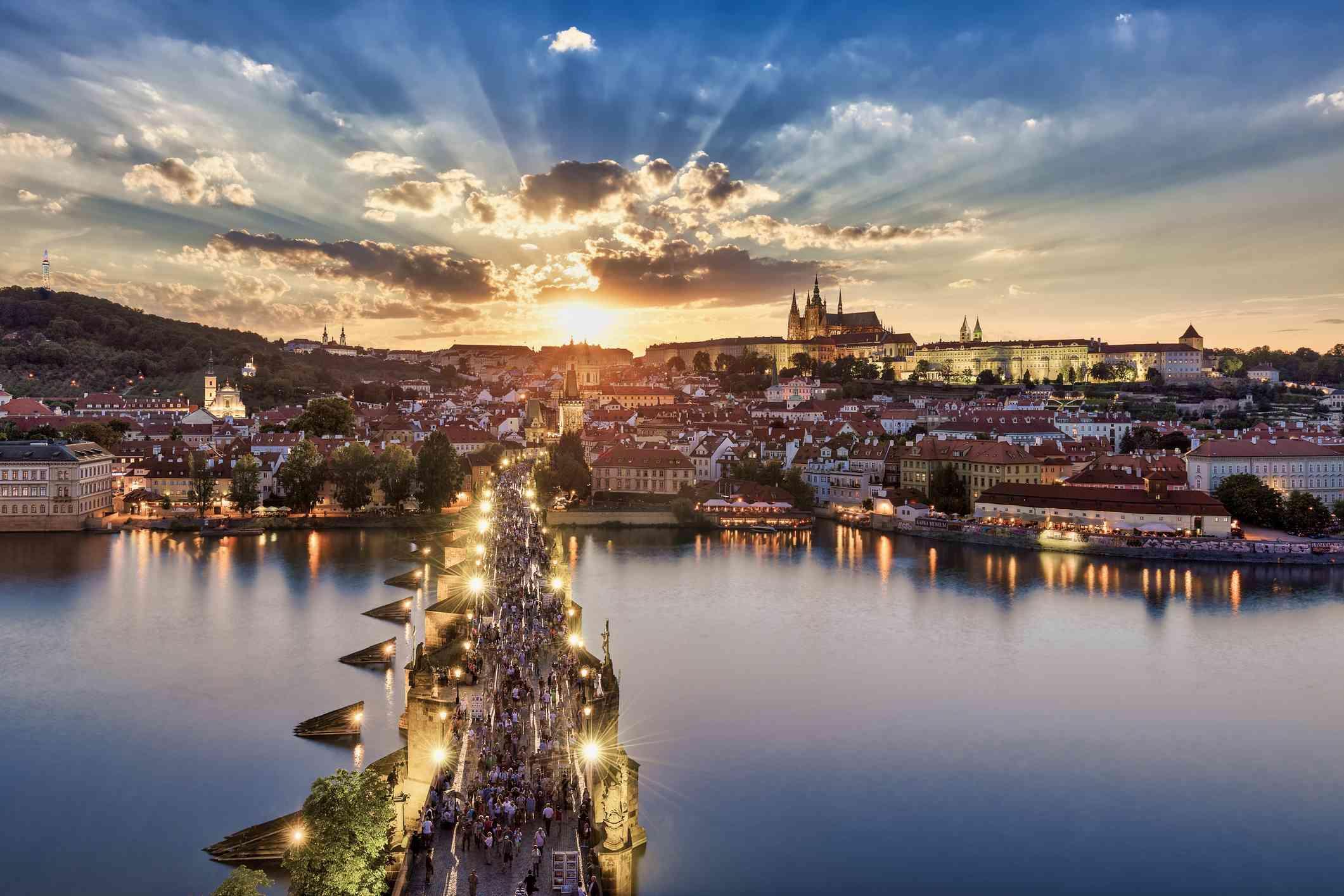 Luz del sol que fluye en el Puente de Carlos, Distrito del Castillo, Palacio Real y Catedral de San Vito, Praga, Bohemia, República Checa