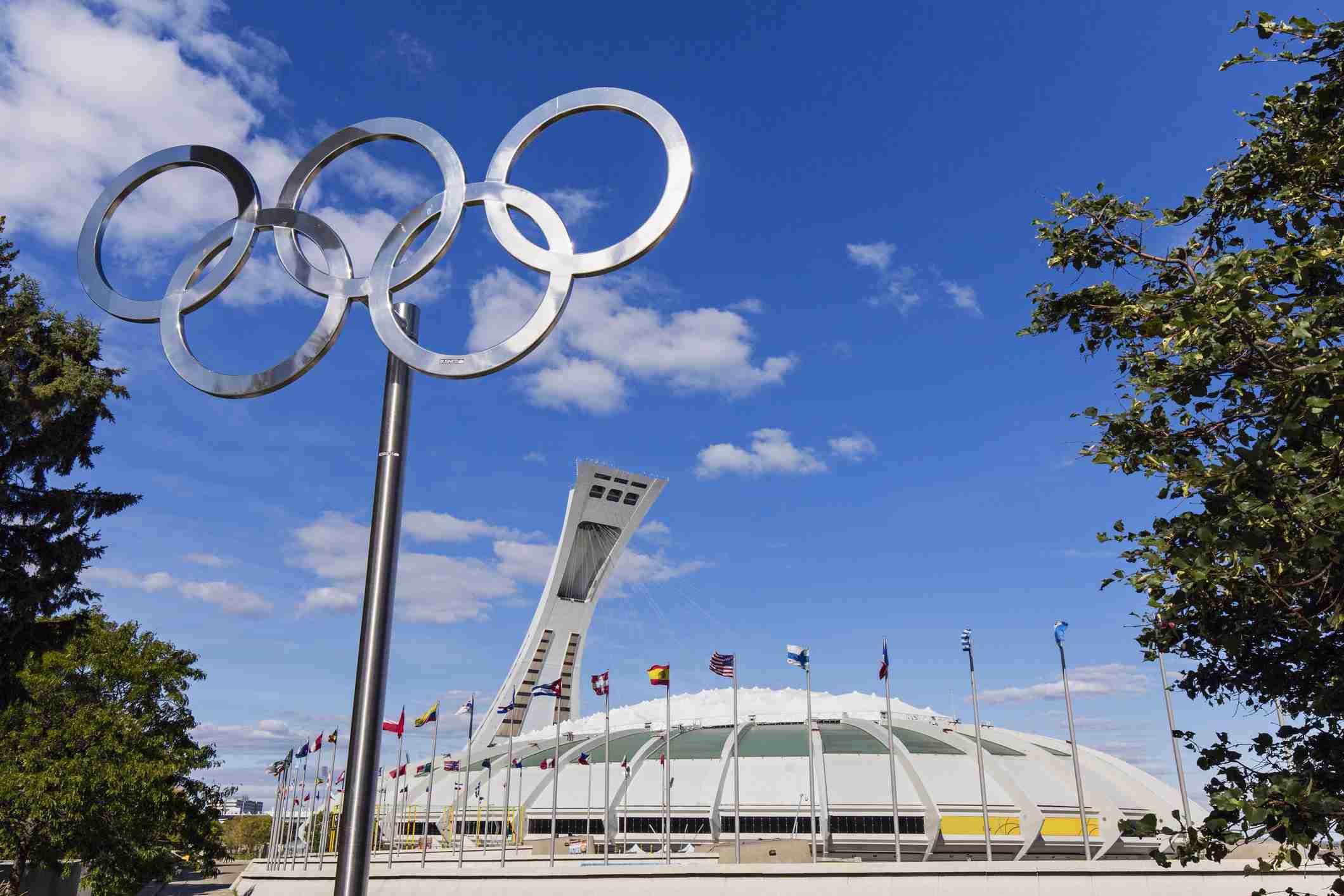 Canadá, provincia de Quebec, Montreal, Parque Olímpico, los anillos olímpicos y el estadio que data de los Juegos Olímpicos de Verano 1976