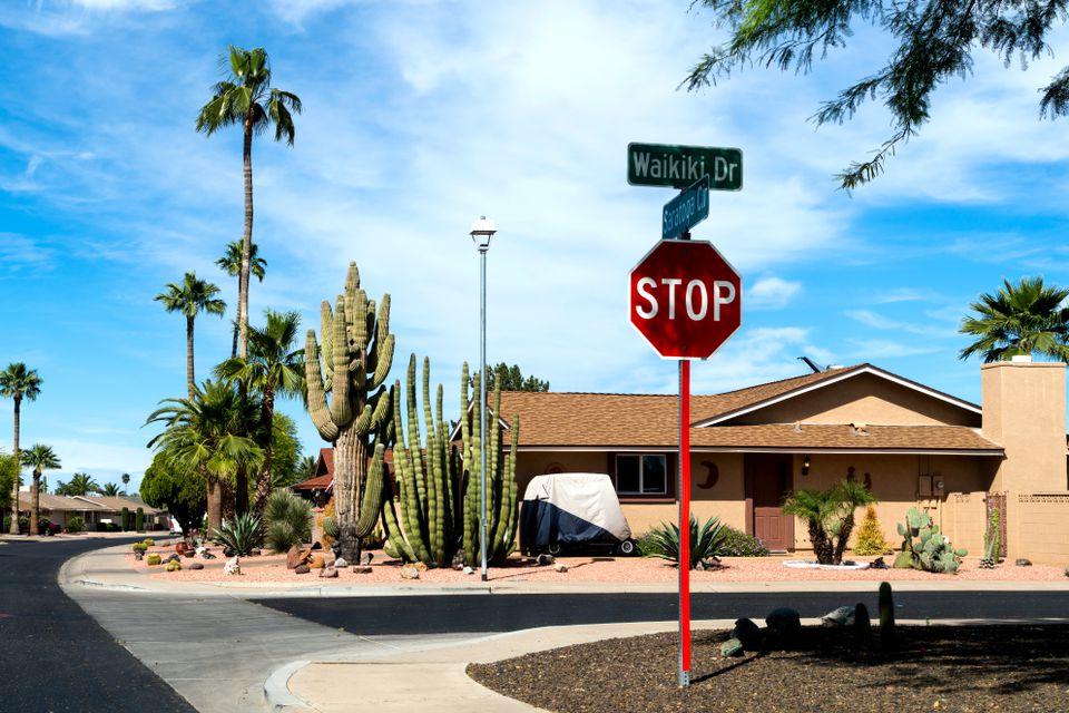 Una señal de stop en una intersección típica en Sun City, Arizona
