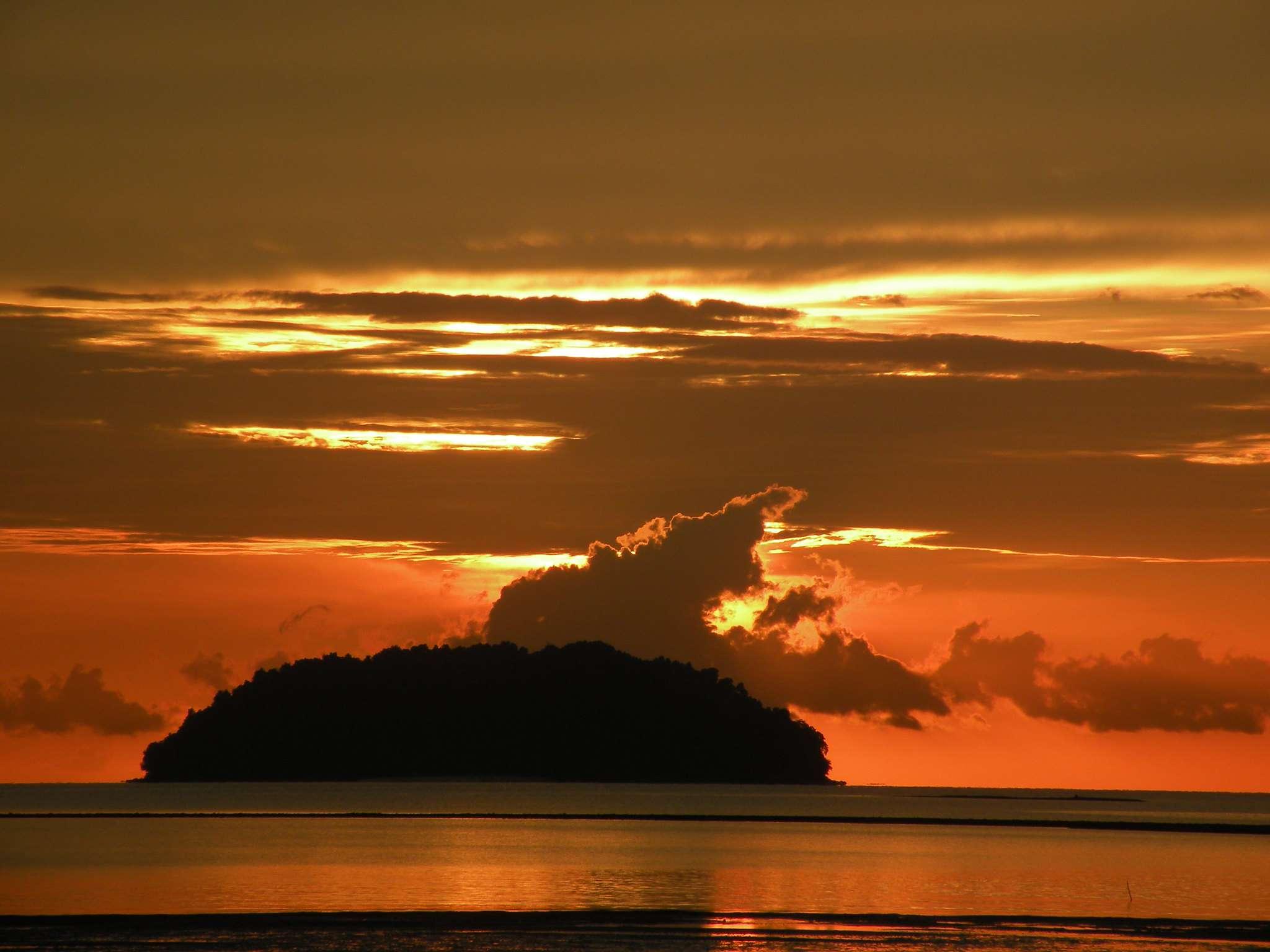Sunset at Tanjung Aru beach, Kota Kinabalu, Borneo