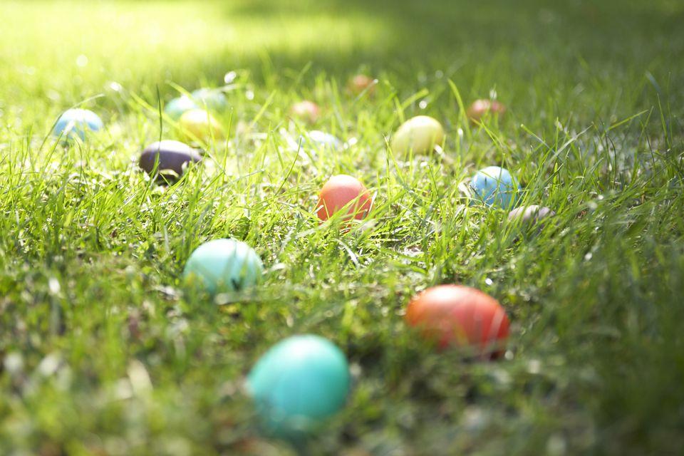 Huevos de Pascua en el césped, primer plano