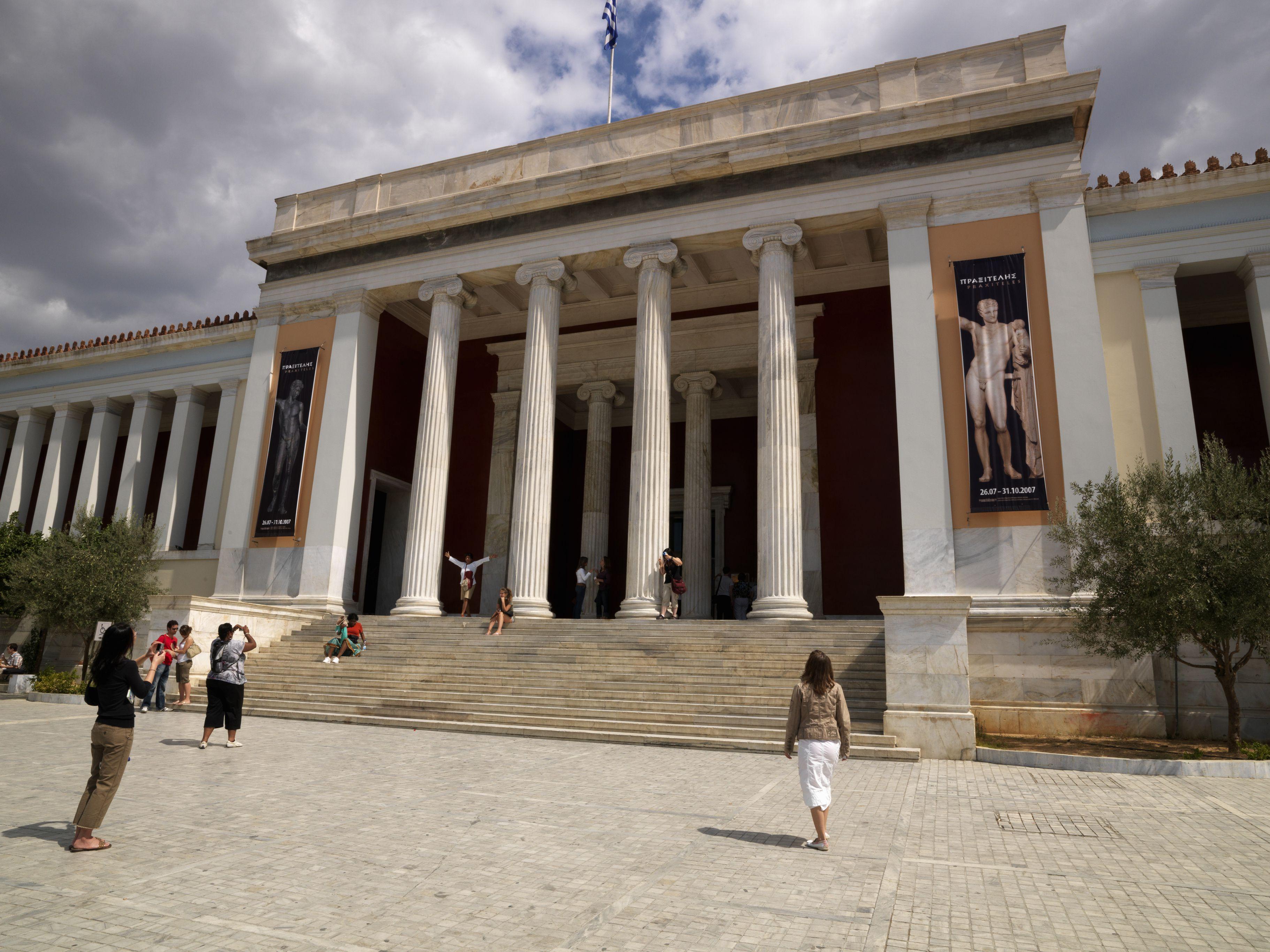 Fachada de un museo, Museo Arqueológico Nacional, Atenas, Ática, Grecia