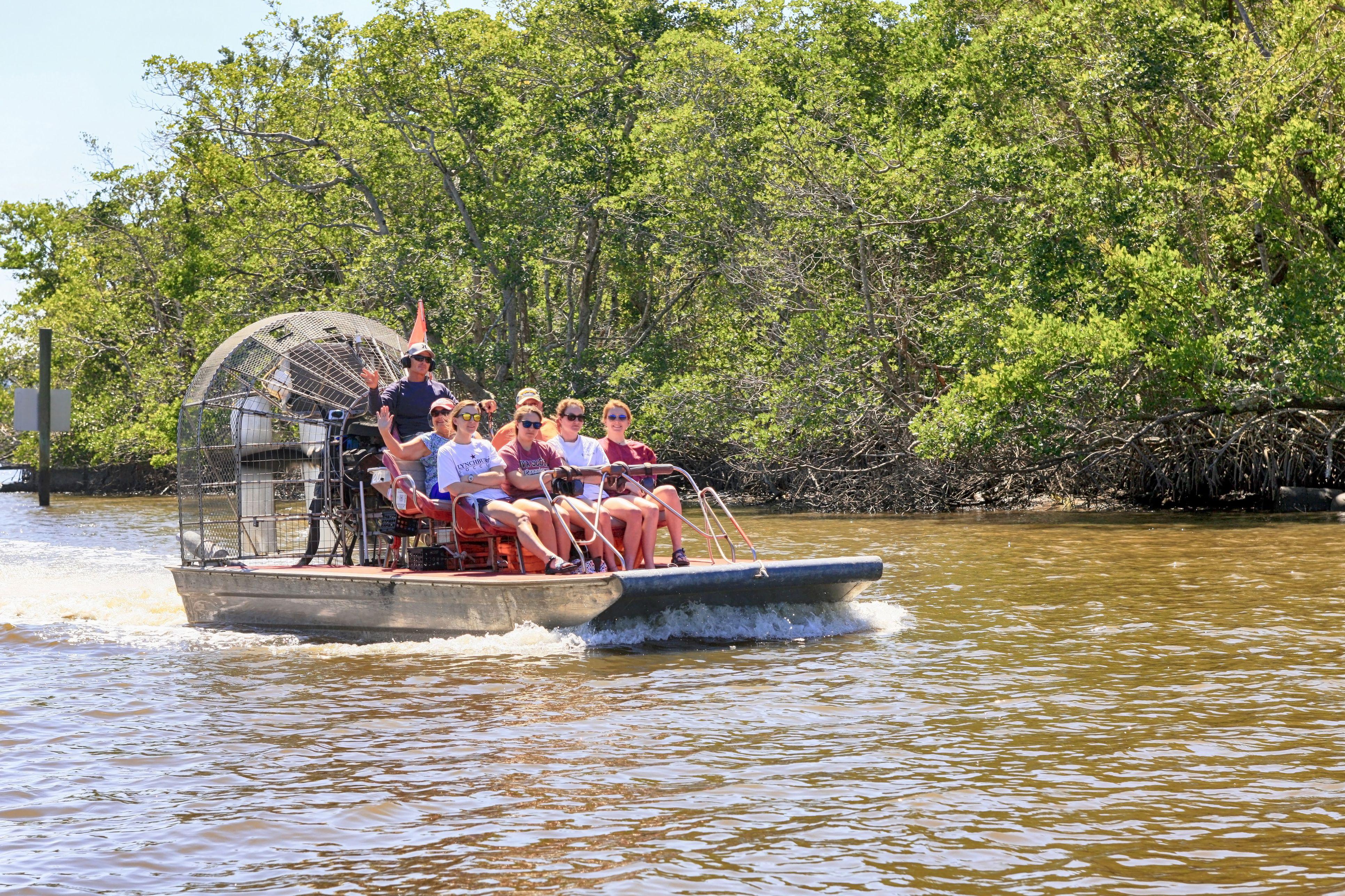 Personas a bordo de botes aéreos que se dirigen a un recorrido por los manglares en los Everglades en Florida, EE. UU.
