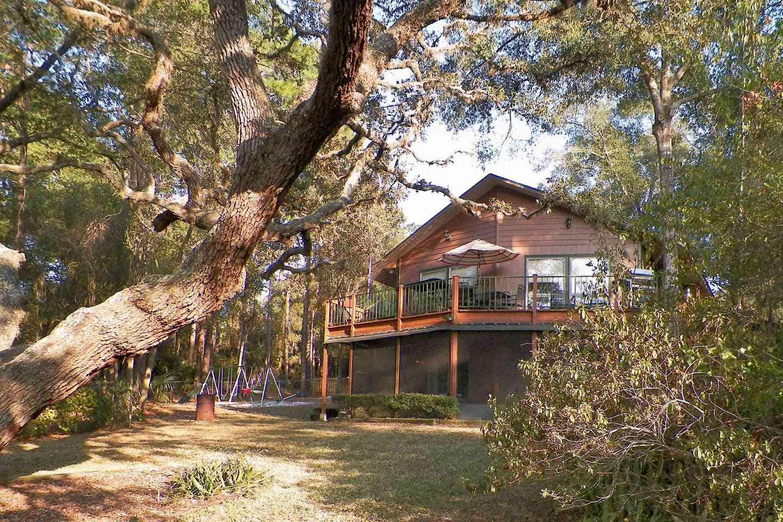 Bear-Themed Cabin Near Ocklawaha