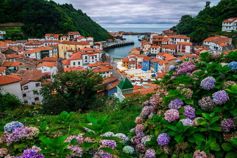 Cudillero, pintoresco pueblo de pescadores al atardecer, Asturias, España