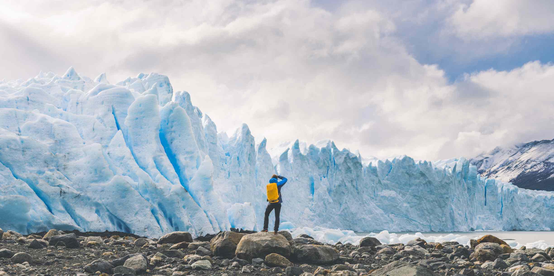 Turista fotografiando el frente del glaciar Perito Moreno, Argentina
