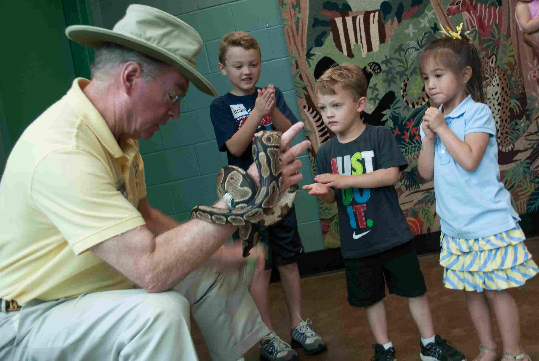 Sábado, 19 de mayo de 2012, las familias de soldados de la 1204ª ASB asistieron a una cinta amarilla durante el evento celebrado en el zoológico de Louisville