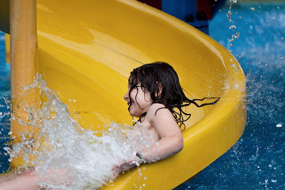 Niño en tobogán de agua