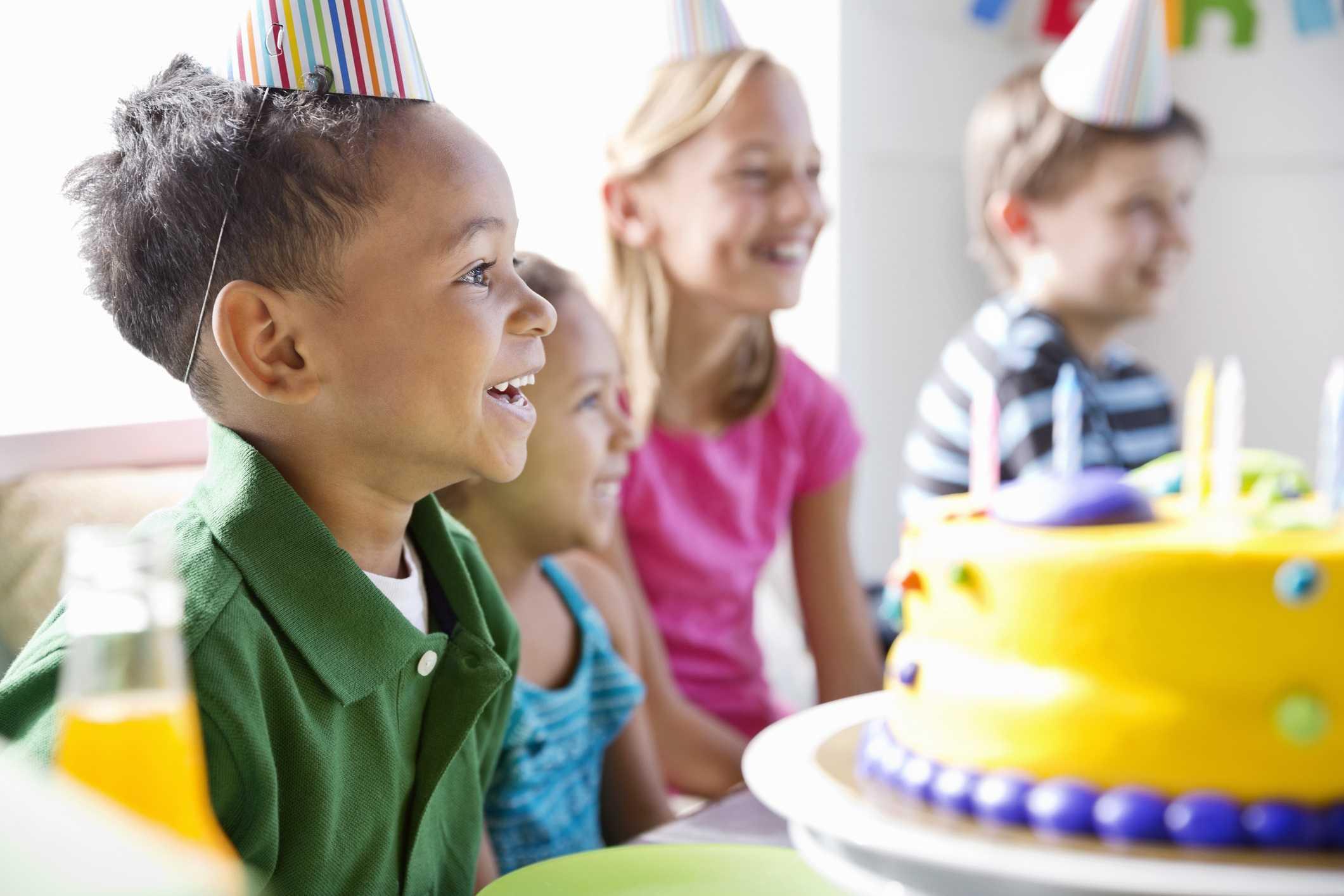 Niño feliz celebrando cumpleaños