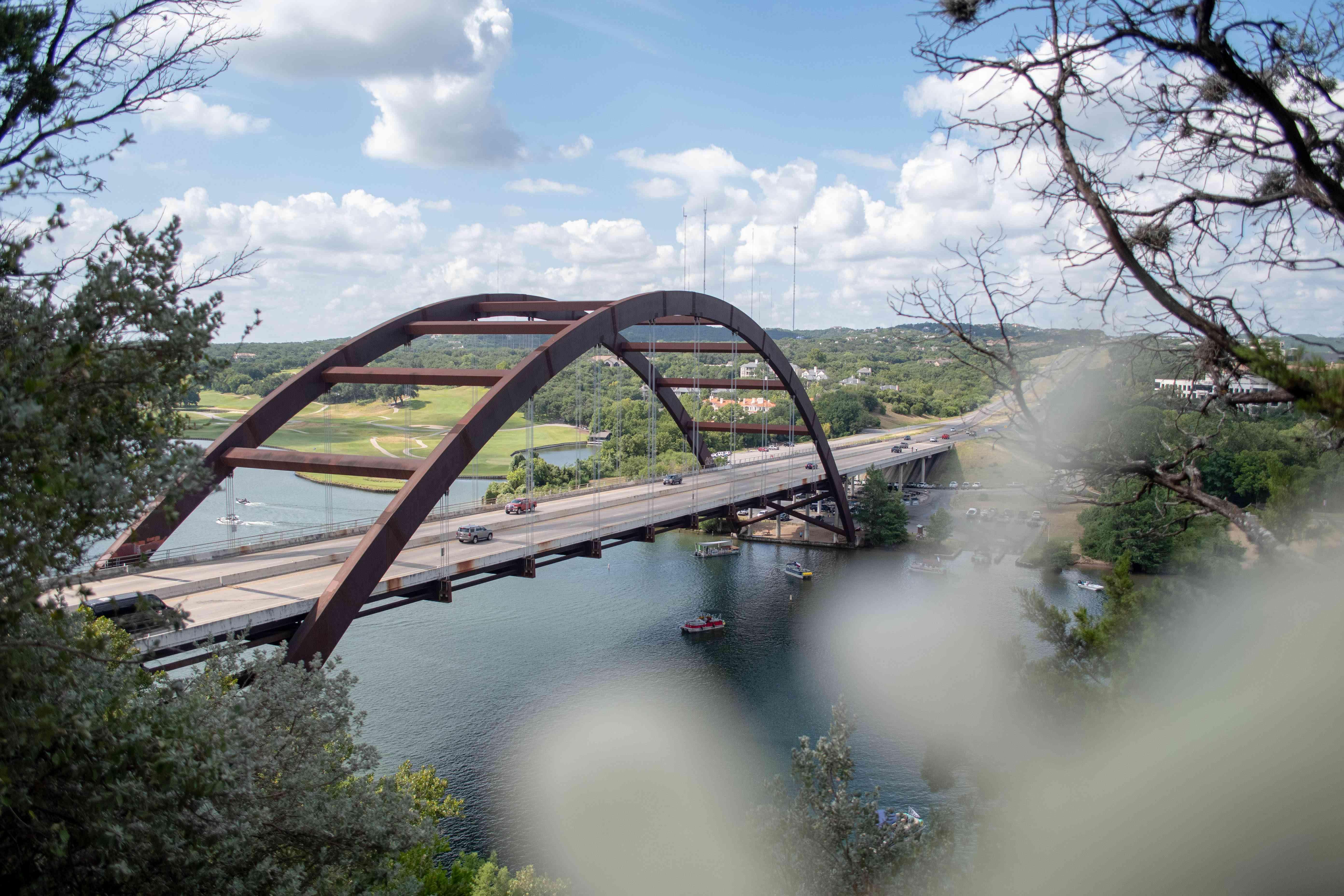 Vista del lago Austin con el puente