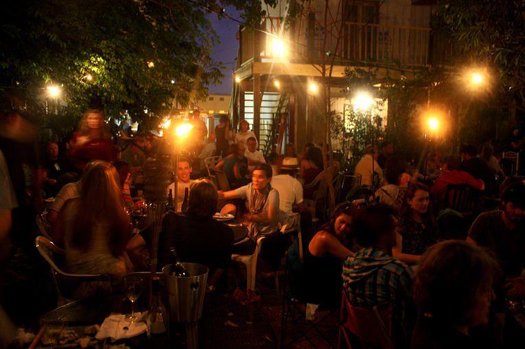 Una escena nocturna en el patio de Bacchanal