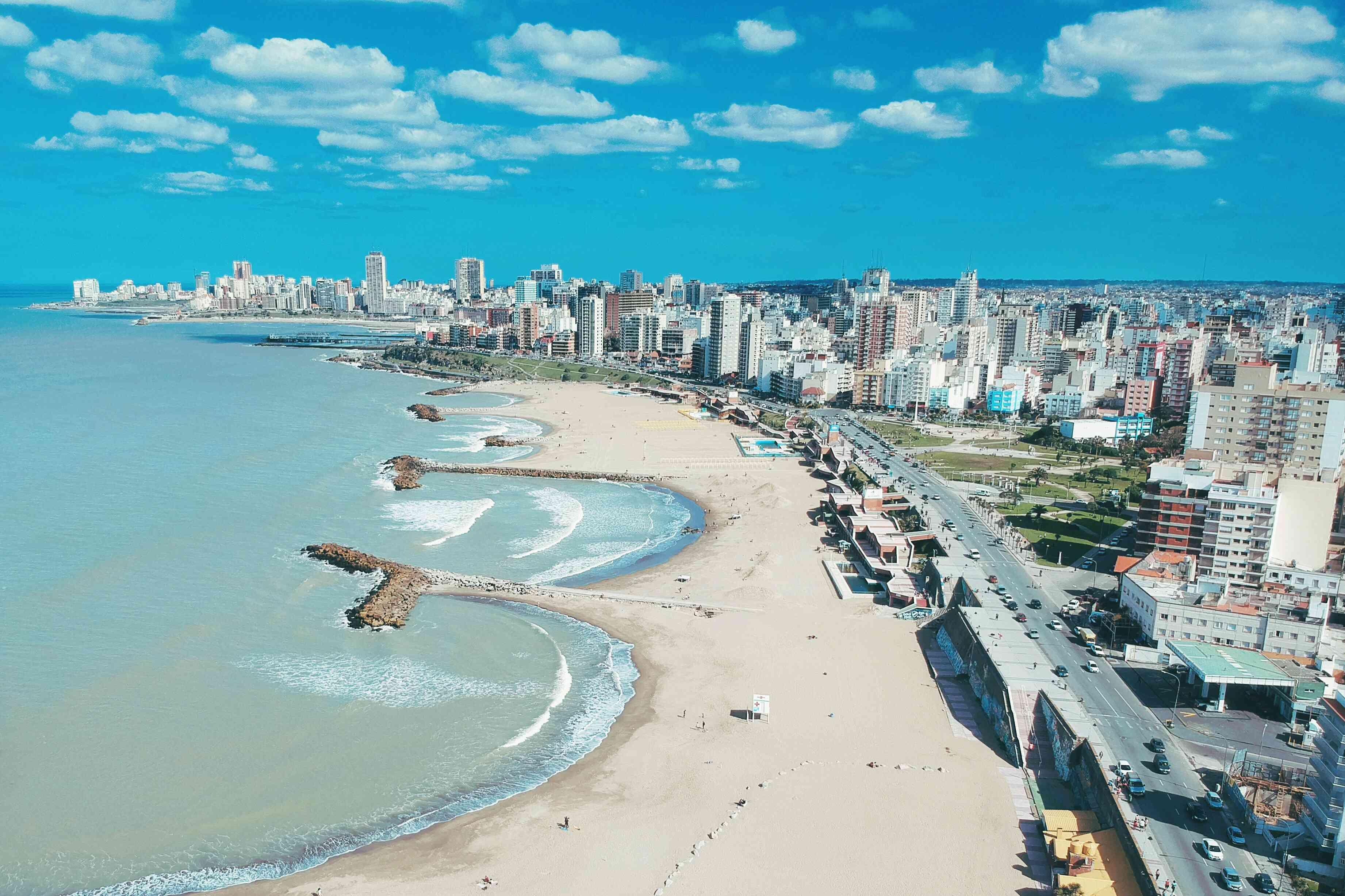 Vista aérea de la ciudad junto al mar