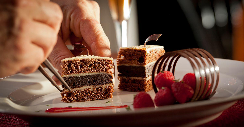 Chef pastelero con pastel de chocolate, Rabbit Hill Inn, Vermont
