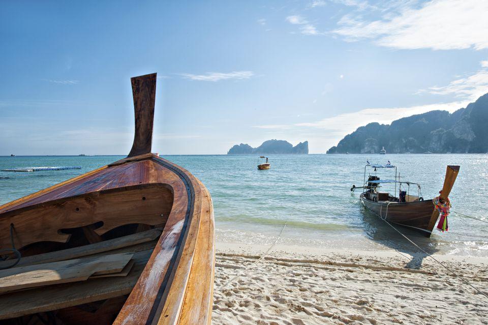 Barcos en una playa en Krabi, Tailandia