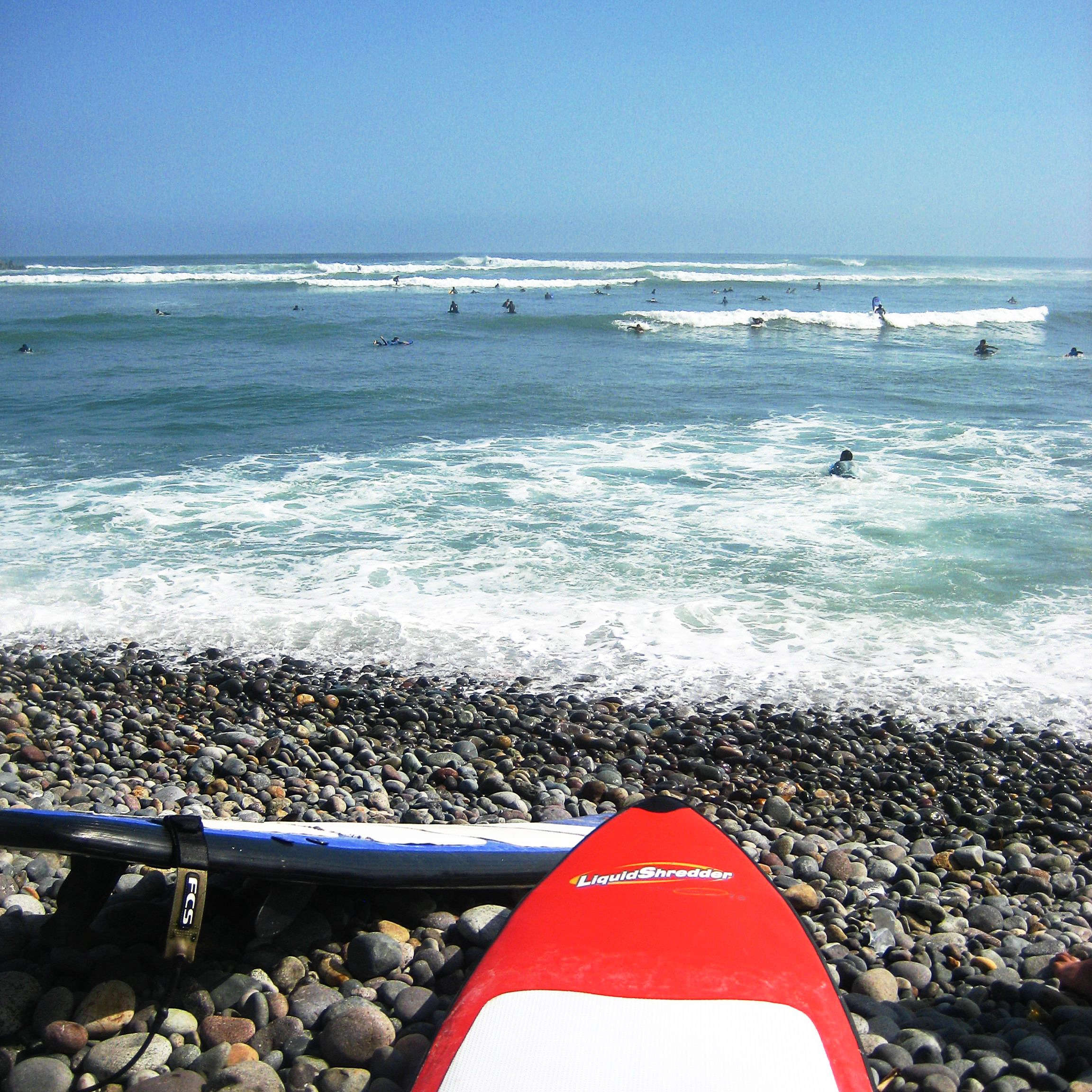 Una tabla de surf en la playa de piedra en Lima