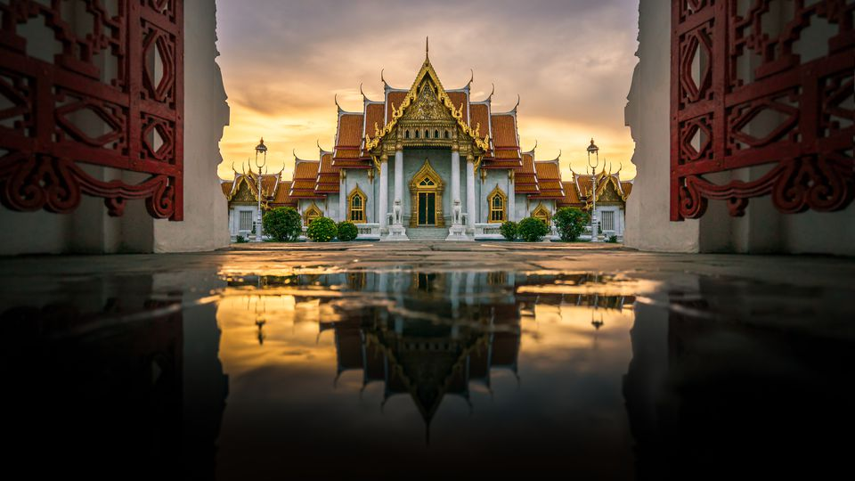 Templo de mármol (Wat Benchamabophit) en reflexión, Bangkok