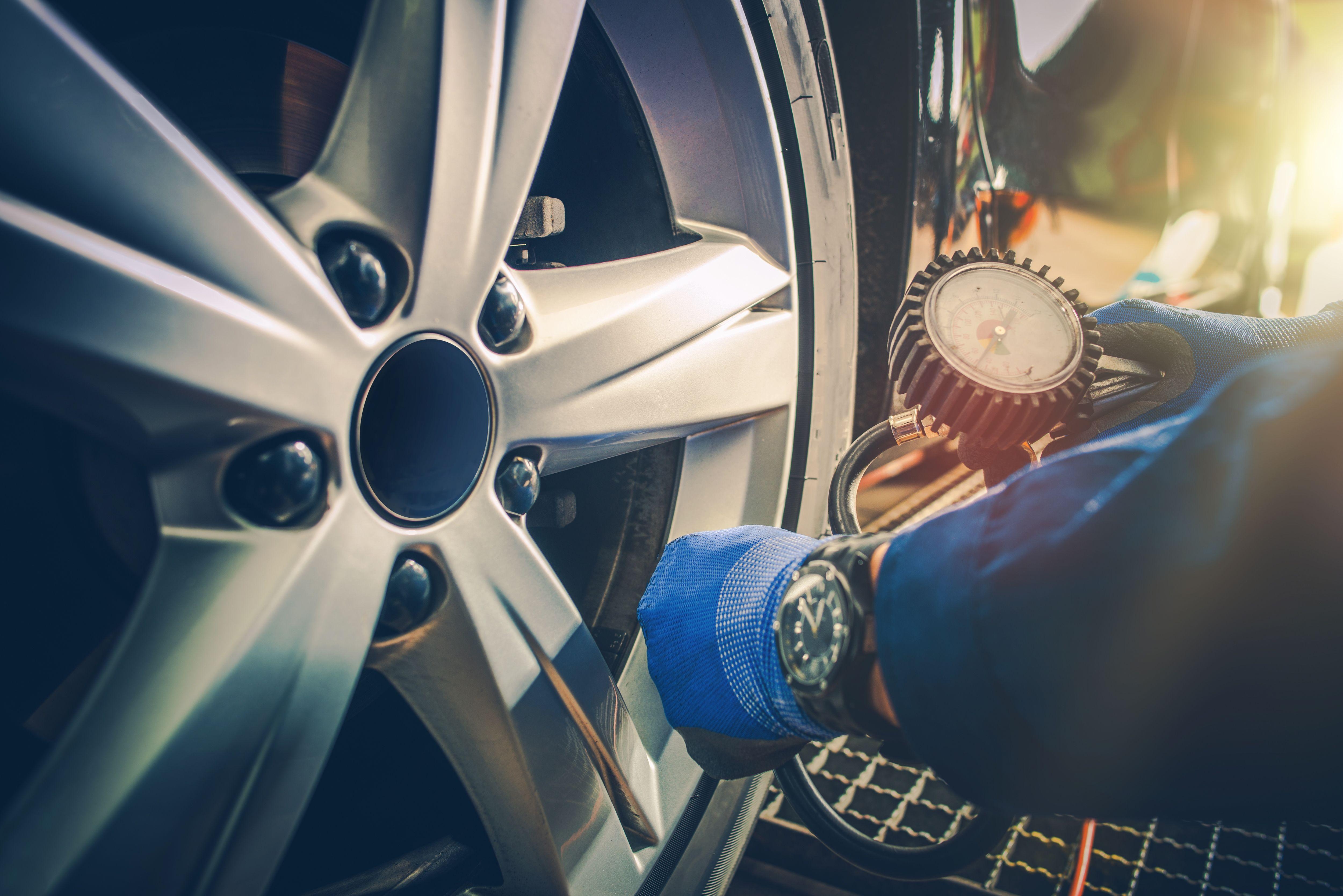 Medición manual de la presión de los neumáticos del automóvil