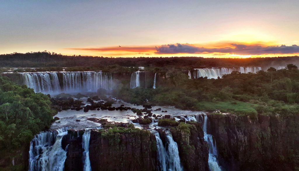 IGUACU, BRASIL - 8 DE ABRIL: Una vista panorámica al atardecer del lado argentino de las cascadas el 8 de abril de 2019 en el Parque Nacional Iguazú, Brasil. , Vista al lago desde el Cerro Campanario, Bariloche