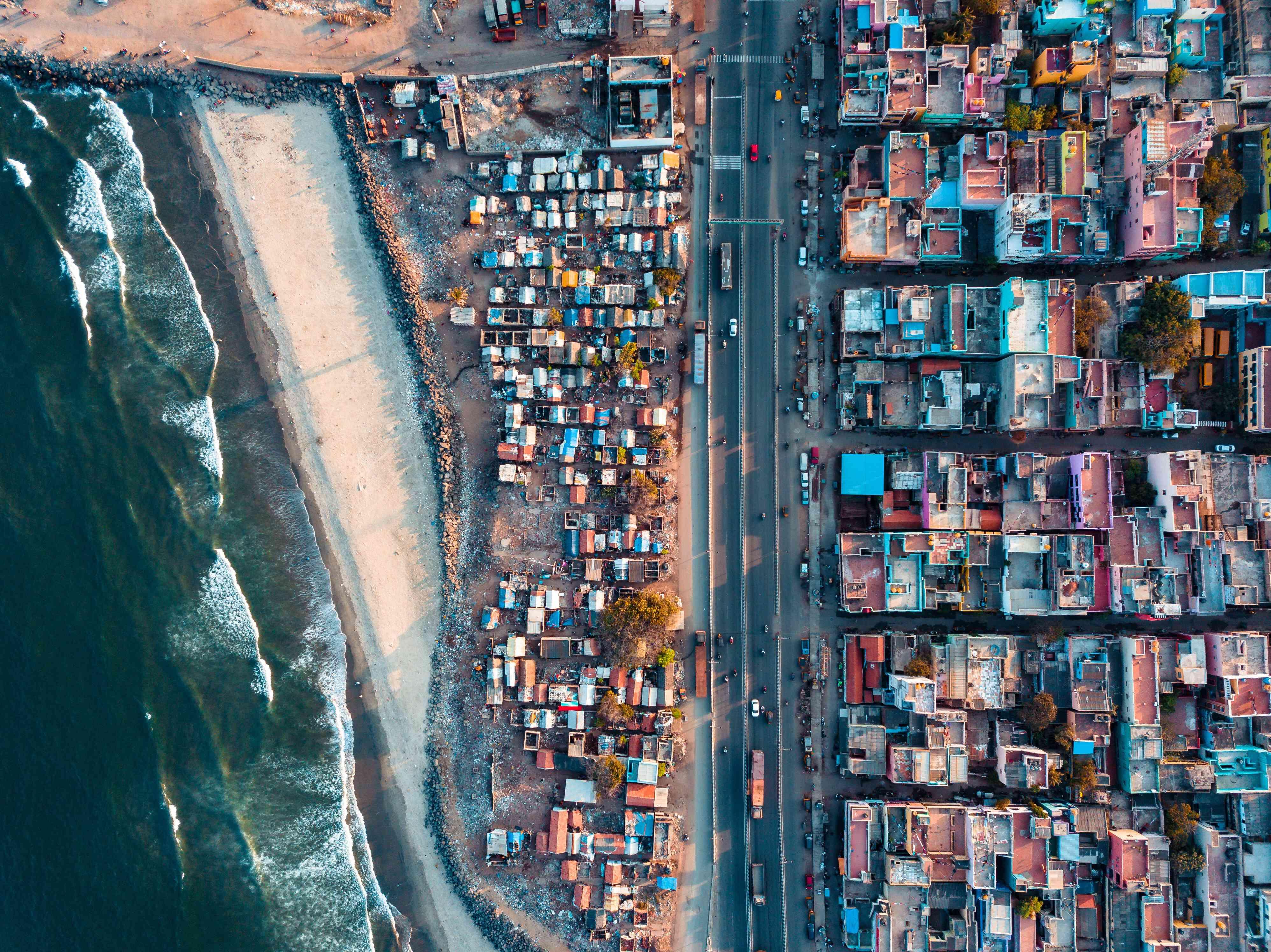 Vista aérea de edificios y mar