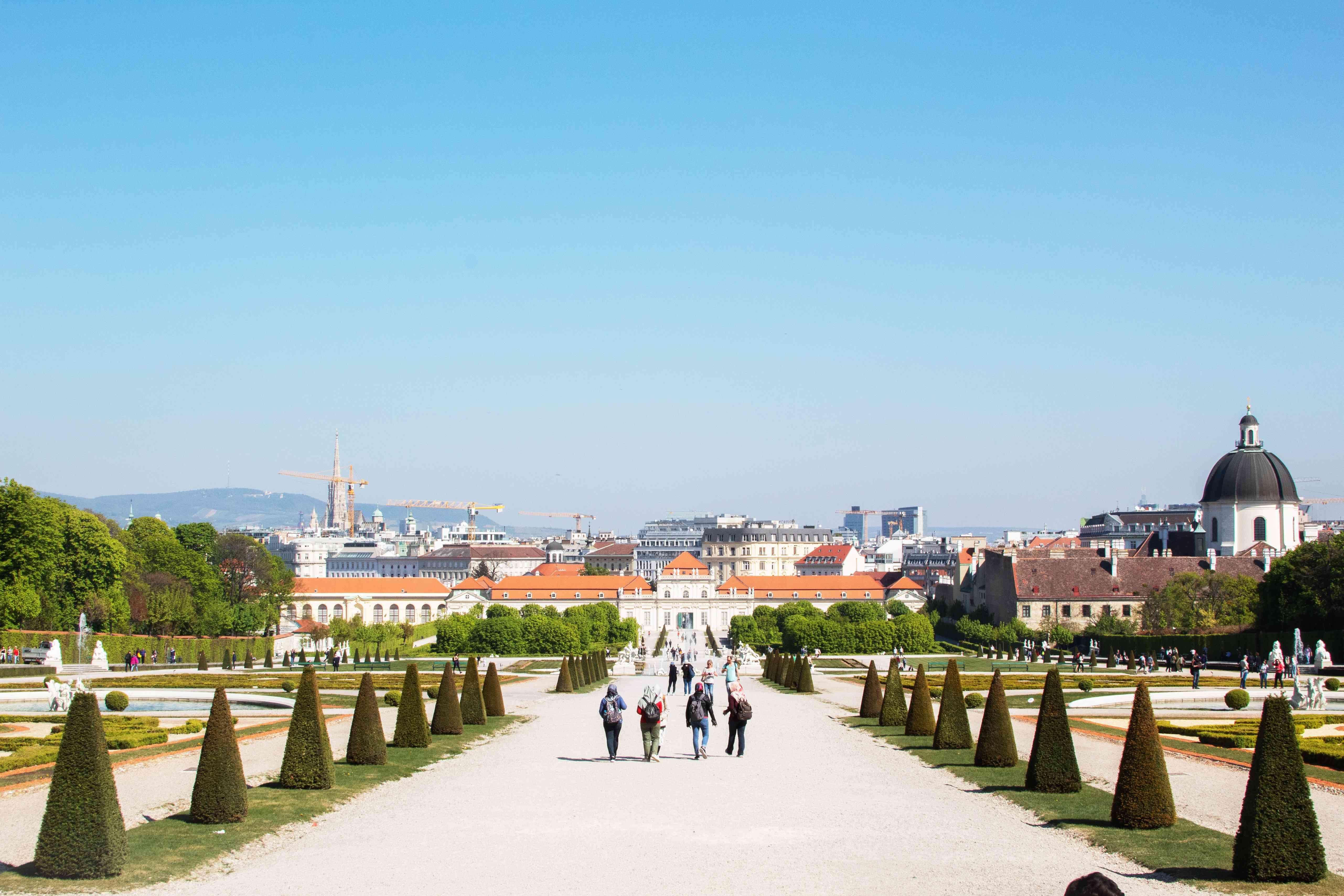 Gente paseando por los jardines