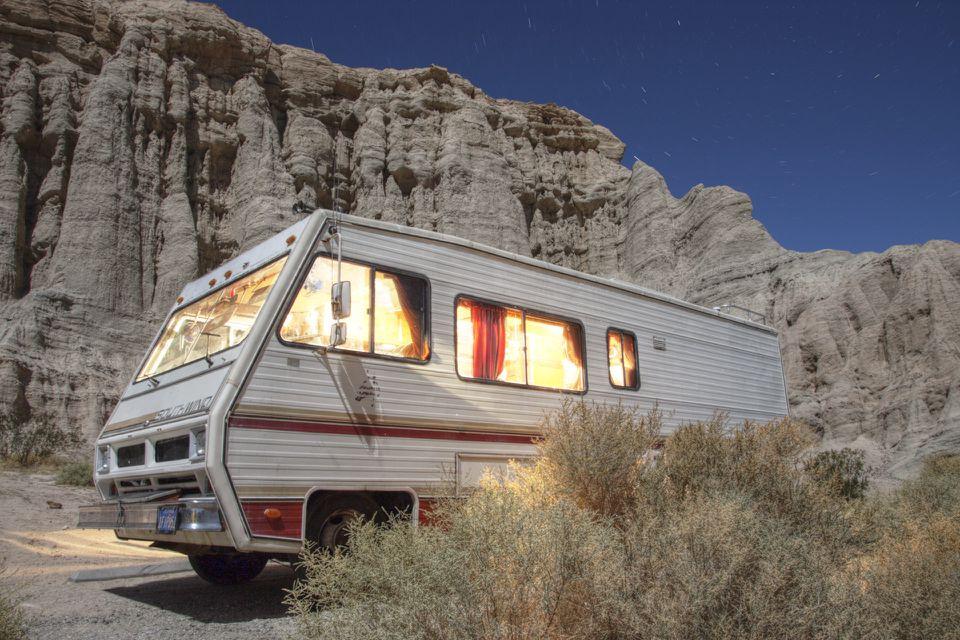 RV en el desierto por la noche