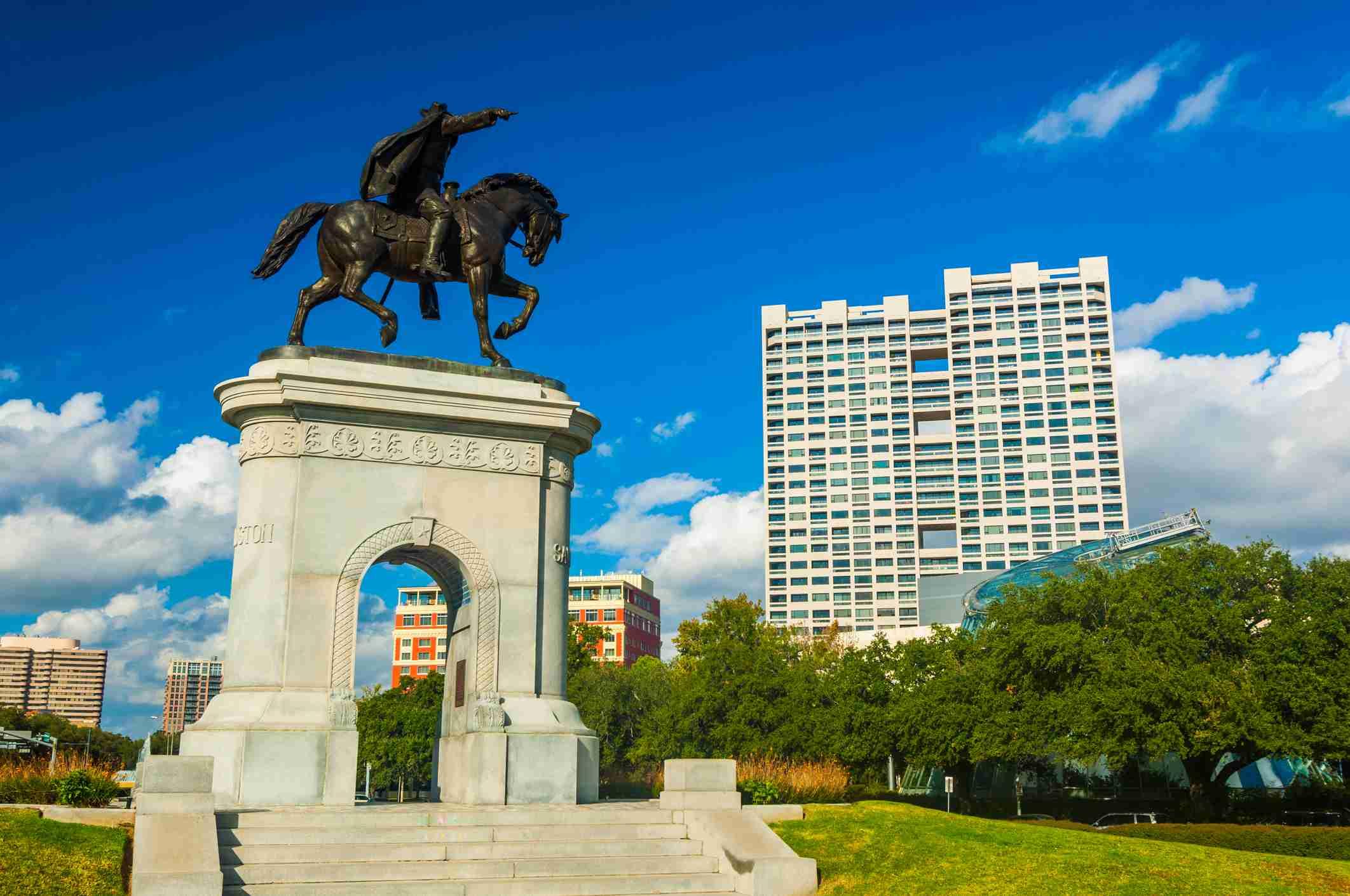 Plaza del museo con el monumento y arco Sam Houston